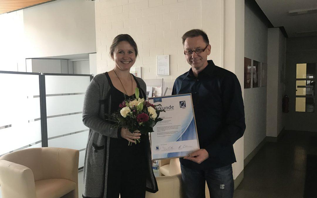 Übergabe: Urkunde der QAMZ der Zahntechnikerinnungen bei Ketterling Dentaltechnik in Berlin